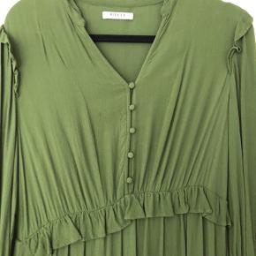 Mørk grøn kjole med knapper langs brystet. Flæser ved ærmerne og under brystet. Kun brugt en gang. Byd gerne