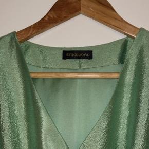 Overvejer at sælge min elskede Stine Goya kjole, da jeg ikke får brugt den. Den er kun brugt 1 gang, og er så god som ny💞 Nypris: 1800kr Kom gerne med realistiske bud Fragten bliver lagt oveni prisen