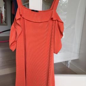 Fin kjole med bare skuldre og ærmer