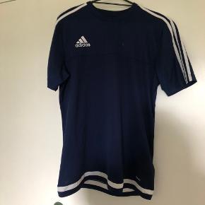 Sælger denne fede Adidas T-shirt for min søster ☀️ den er i god stand trods brugt. ✨