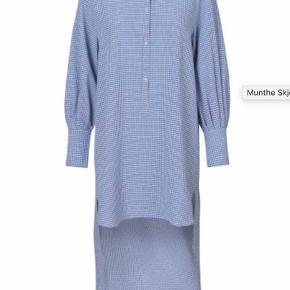 Sælger denne smukke skjorte kjole, da den ikke bliver brugt. Fra muntres nye kollektion, der lige er landet i butikkerne. Den er købt for en uge siden, og er som ny, har været brugt en gang. Den er oversize så 38 passer den også fint. nypris var 1350.