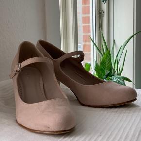 Sød sommerlig sandal med hæl.  Lys Rosa i imiteret ruskind med spænde.