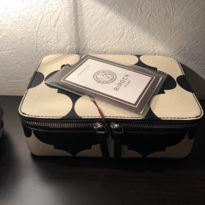 MB sort/hvid mønster - Opbevaring/ beautyboks, til opbevaring af make-up, smykker, sokker, slips det er kun fantasien der sætter grænser. Mål: 34  x 16 x 7 cm. aldrig brugt. Bytter ikke. Mp. 800 kr.