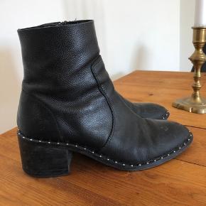 Super flotte støvler med lille hæl. De fejler intet ud over lidt slid nedeunder.  De har flotte nitter i kanten, og det er en sko, som man kan gå langt i!