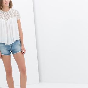 Sælger denne populære top med blonder fra ZARA.  Den er fra Zaras Trafaluc collection og er i en størrelse M. Desuden er den aldrig blevet brugt, hvorfor standen er super.   Der kan sagtens sendes flere billeder af egen top, hvis det ønskes. 🦋