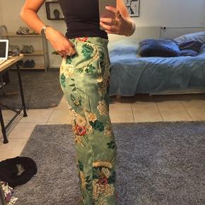 Vildt flotte populære blomstrede bukser fra Zara. Rigtig god stand. Næsten ikke brugt