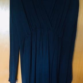 Fantastisk flot blå kjole fra Samsøe & Samsøe.  Farve: Dark Sapphire (meget mørkeblå) Brugt én gang til Galla  Nypris 1000kr Str Small 92% cupro 8% elasthan