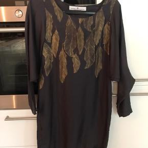 Super flot kjole sælges. Skriv for flere billeder. Sender gerne. Afhentes vesterbro.