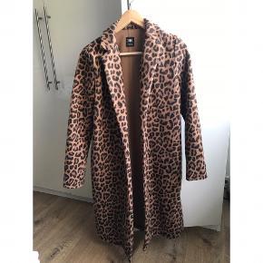 Lækker frakke fra ZARA i polyester 🐆 cirka knælang