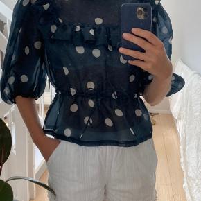 Smuk prikket chiffon skjorte fra Ganni. Passer en xs-s