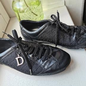 Str 37,5 og passer en 38 . Christian Dior .dior sort Sneakers vintage.