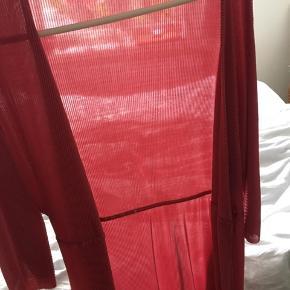 Flot kimono. Brugt kun én gang. Sælger den da jeg ikke får den brugt😊. Der er tilhørende bindestrop.
