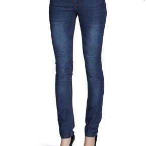 Only Ultimate Stretch denim QY Jeans Slim Fit Women's  Lækker denim.  For flere billeder se i kommentar.  Ben længde: 32.  Livvidde: S.  Fastening: Zip.  Slim, Skinny.  Fit : Slim Fit.  Ankle width : Adjusted.  Style : Normal rise.  82% Cotton. 2% Elasthan. 16% Polyester.  Se også mine andre annoncer ;)