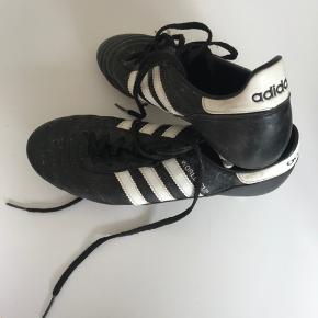Adidas Copa Mundial fodboldstøvler med jernknopper. Brug meget få gange på græs. Flappen over snørebåndet er klippet af. Sælger da størrelsen ikke passer.