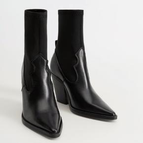 Helt nye og ubrugte støvler fra Mango med 9 cm. Hæl. Nypris er: 899 Kr.