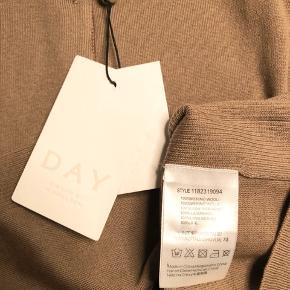 Smuk og lækker Whitney cardigan fra Day i den flotteste brune farve - Delicious 🍁 Den har knapper og fine kontraster i form strikken og et fint bånd under knapperne 🍂 HELT NY - ALDRIG BRUGT 🍂 Bryst 42 cm - længde 54 cm🍁