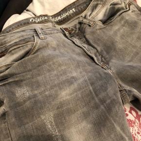 Grå jeans med lynlås i benene. Næsten ikke brugt