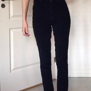 Mørkeblå fløjlsbukser fra Pieces. Jeg er 170 høj, bruger normalt S/M.