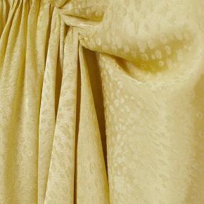 Brugt en enkelt aften. Da farven er svær at tage billede af, har jeg sat billeder ind fra H&M.  Kjolen er lidt stor i det
