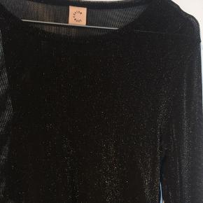 Super fin transparent bluse med glimmer.