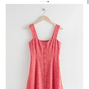 Sælger min helt ubrugte & other stories kjole. Den er aldrig brugt og stadig med prismærke. Super fin  Skriv pb for billeder eller info.  Nyprisen var 375,-  Byd!        Tags: zara, h&m, na-kd, mango, gina tricot, ganni, gap, shein, bershka