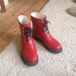 De lækreste regnstøvler fra Ilse Jacobsen ! Høj kvalitet. Bløde og dejlige at gå i,  Postkasserøde og let om foden. Rigtig god stand.  1000 kr fra nye.   Afhentes på Frederiksberg