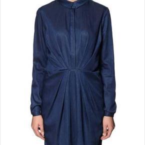 Varetype: Denim skjorte Farve: Denim Oprindelig købspris: 700 kr.  Kjole/skjorte i denim. Brugt et par gange ud over stramme jeans.     Ved ts handel pålægges gebyr.     Bytter ikke