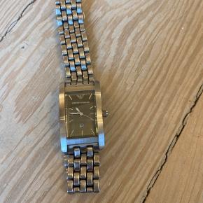 Så flot emporio Armani ur. Brugt, lidt alm brugspor, men intet meget synlig. I flot stand.  Quartz urværk, ny batteri, virker som den skal.  Urkasse: 40 mm/ 25 mm.  Armbånd: 18 cm.  Byttes ikke.