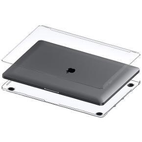 """Klar/gennemsigtig MacBook Hardcase Beskyttelsescover -  Passer til:  Macbook Pro Retina 13"""" Macbook Pro Retina 15""""  Coveret klikkes på i to dele og er derfor let at sætte på og tage af. Der er på den nedeste del af dette beskyttelsescover bløde gummifødder og ventilationshuller så din Macbook Retina er sikret imod overophedning."""