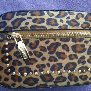 This is a unique cheetah print purse that has the option to wear over your shoulder or around your waist. There is a strap that can go through the belt loop in the back of the purse.  There is a little pocket in the front of the purse and you can feel the softness of the material. The brand is Moow.  The unique cheetah print purse is not to large and perfect for any style.    visit debstilbud.dk