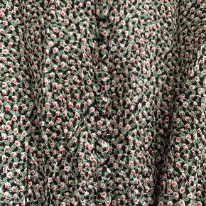 Fineste kjole fra Birgitte Herskind. Kjolen har stofbetrukne knapper fortil der kan knappes helt op til halsen og samme knapper ved håndleddene.