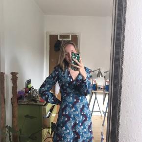 Flotteste mønstrede sommerkjole med lidt puf skuldre