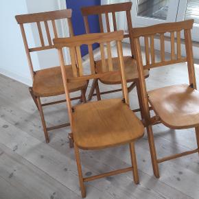 4 retro stole i træ sælges for 225 kr. pr. stk., eller 725 for alle fire. De er i meget fin stand. Siddehøjde 47 cm, sædebredde 37 cm, højde på hele stolen 82 cm. To forskellige ryglæn.