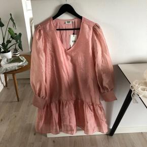 Sælger denne kjole fra Magasin du Nord kollektionen - aldrig brugt 😊 Str. L  Minder ret meget om nogle af Stine Goyas populære designs. Den er desværre for stor og for lang til mig - jeg er 156 cm. Byd endelig 😊