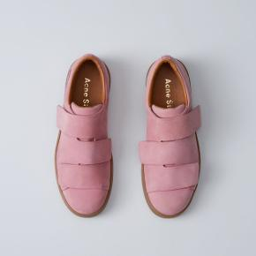 Overvejer at sælge mine fantastiske lyserøde Acne triple nubuck sko, nypris er 3.100,-. Æske, dustbag og paperbag medfølger. Normal 38.