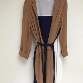 cc5f57cda1aa Varetype  Andet Farve  Multi Prisen angivet er inklusiv forsendelse. Smuk  Kokoon silke frakke