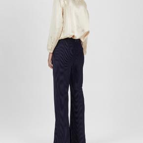 Navy Acne Studios wide pants. Fløjl i looket, som føles som velvet. Passer en 32/34.