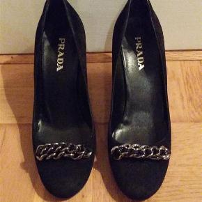 Varetype: Heels Farve: Sort  Prada kitten heels i sort ruskind med kæde foran. Kun brugt få gange, da de desværre er for små.