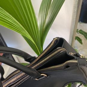 Super flot taske fra Zara. Jeg har selv brugt den som studiecomputer.  ➖ Der er 3 store rum (plads til 15 tommer)   ➖ 2 små run   ➖ Plads til mobil og kort i siden