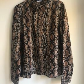 Mønstret skjorte fra Noisy May. Den er aldrig brugt og derfor i rigtig god stand.   Den er fra et røgfrit hjem.   Kan afhentes i Århus C eller sendes på købers regning. Bytter ikke.