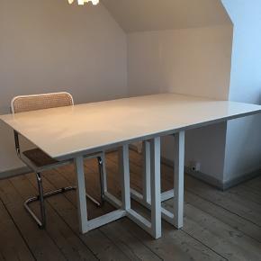 Stort, pænt spisebord med tillægsplade. Bordet er i fin stand. Har brugsspor.   Bredde: 100 cm Længde: 151 cm  Afhentes i Aarhus C.