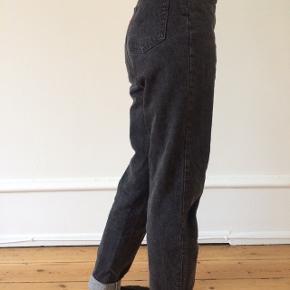 Fede grå levi's jeans. Har købt dem her på Tradono men de er desværre for store til mig. Størrelsen står ikke i men vil gætte på en lidt stor small eller medium.
