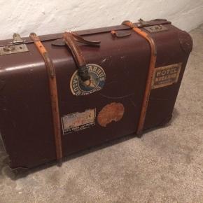 Gammel rejsekuffert til pynt/opbevaring  Mål: 65x42x20cm