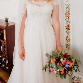 """Smukkeste og romantiske """"Sincerity"""" brudekjole til salg.  Brugt 1 gang 10.08.19 og skal snart til renseri. (hvis du hellere selv vil stå for det kan der fjernes 500kr) fra prisen. Kjolen er blevet tilrettet efter min krop, dog ikke lagt ind eller noget i taljen, kun tilpasser min højde og de støvletter jeg havde på.  Kjolen er købt i Butik Nicolai i August 2018, men jeg fik først min kjole i hænderne i Januar 2019. Nyprisen var 10.400  👰👰👰"""