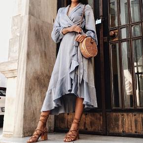 lyseblå kjole i satin - Købt på nakd.com Brugt et par gange