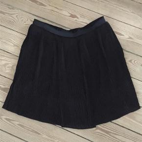 Rigtig fint skørt til det hele. Fedt med både blazer og strik, støvler ellers sneaks.  nederdel Farve: Sort Oprindelig købspris: 600 kr.