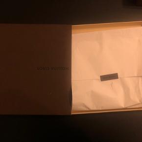 Silver / Gold Monogram Shawl Silk with Metal and Wool Scarf/Wrap. Aldrig blevet brugt. Er stadig i dens original æske og pakket ind.
