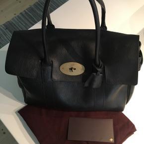 Mulberry Bayswater taske i rigtig fin stand, dog med et enkelt synlig brugstegn (se billede). Den er købt i Mulberry på Strøget, København. Kom evt forbi og se den og pris til forhandling.