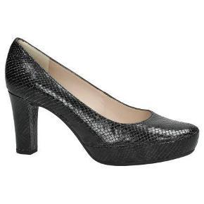 Skoene ligger imellem næsten ny & god men brugt. Varetype: Sko slange print plateau Størrelse: 39.5 Farve: Slangeprint sort Oprindelig købspris: 1100 kr.