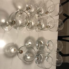 Super flotte vinglas, de kan være lidt svære at definere i str, da der ikke er særlig stor forskel på rød og hvidvins glas.  Der er 7 rødvin, 4 hvidvin og 1 der er en lille smule mindre end hvidvin.  Mener nypris er ca 150,- stk, værdi 1800,- sælges samlet for 800,-  Afhentes 9520 Skørping